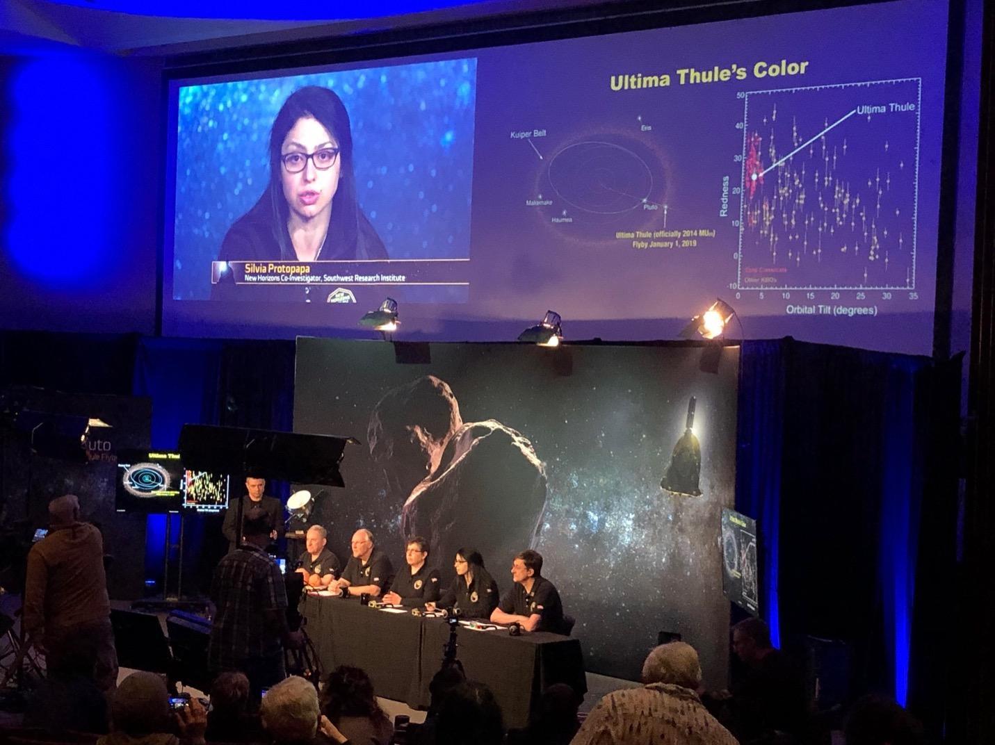 Silvia Protopapa in conferenza stampa presso il Johns Hopkins University Applied Physics Laboratory il 3 gennaio 2019 subito dopo il sorvolo del corpo cosmico Ultima Thule (altrimenti definito 2014 MU69)
