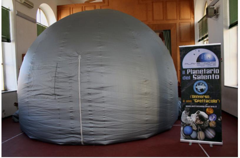 La cupola gonfiabile del Planetario Digitale da 5,5 mt. di diametro (altezza mt. 3,40 - capienza 40/45 posti), sistemata all'interno di una palestra scolastica